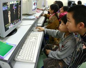 Trẻ em say mê với các trò chơi trên máy tính. Ảnh chỉ có tính chất minh hoạ. Lê Anh Dũng