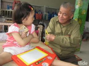 Thiếu tướng - nhà văn Nguyễn Chí Trung vui tết với một cháu bé.