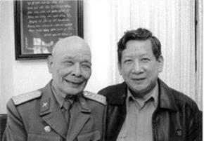 Đại tá Vũ Quang Kha (người mang quân phục) và Thượng tướng, Anh hùng LLVTND, Phan Trung Kiên,Thứ trưởng Bộ Quốc phòng.