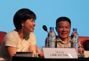 Nhà văn Phan Việt (trái) và GS Ngô Bảo Châu trong một tọa đàm sách đầu tháng 7 ở Hà Nội. Ảnh: Mi Ly.