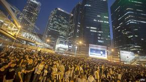Người biểu tình đòi dân chủ tràn ngập khu Trung Hoàn - trung tâm tài chính Hồng Kông trong mấy ngày qua. Ảnh EPA