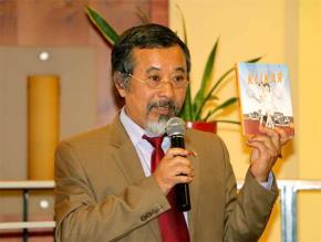 Nhà văn Đỗ Ngọc Việt Dũng trong buổi ra mắt tiểu thuyết Số Đỏ của Vũ Trọng Phụng được dịch giả Mgr. Ondra Slowik dịch sang tiếng Séc năm 2017.