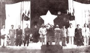 Chính phủ liên hiệp kháng chiến tuyên thệ trước Quốc hội ngày 2-3-1946. Phía sau là lá cờ đỏ sao vàng với múi sao rộng hơn hiện nay - Ảnh tư liệu