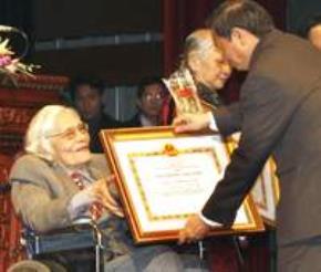 Bộ trưởng Bộ VH-TT Lê Doãn Hợp trao giải thưởng Nhà nước cho nhà thơ Hoàng Cầm.