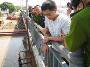 Tên giết người chỉ nơi ném phần thi thể nạn nhân xuống sông. Ảnh: An ninh thủ đô.